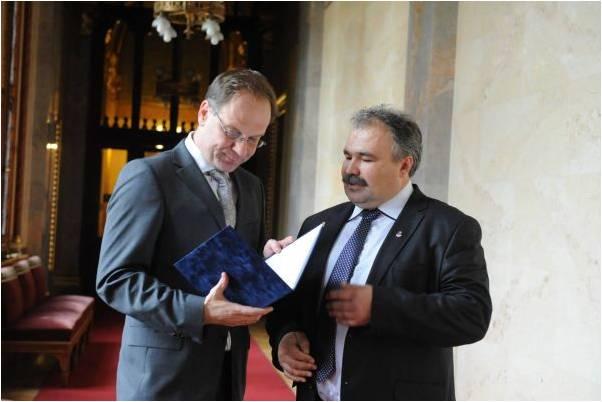 Dr. Nagy István átadja Navracsics Tibornak a szigetköziek petícióját, Kisalföld 2012.10.24.